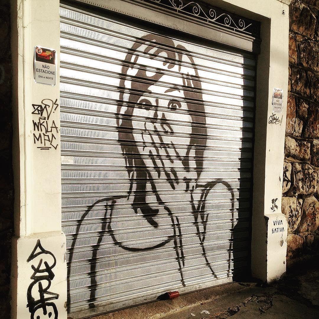 Ainda sobre as rua de Santa, sobre um fds delicia #arte #artederua #mural #stencil #arteurbana #graffiti #santateresa #urbanart #streetart #streetartrio #streetartbrasil #instaart #riodejaneiro #rj #arterio #streetarteverywhere #streetart_daily #artwork #sunnyday