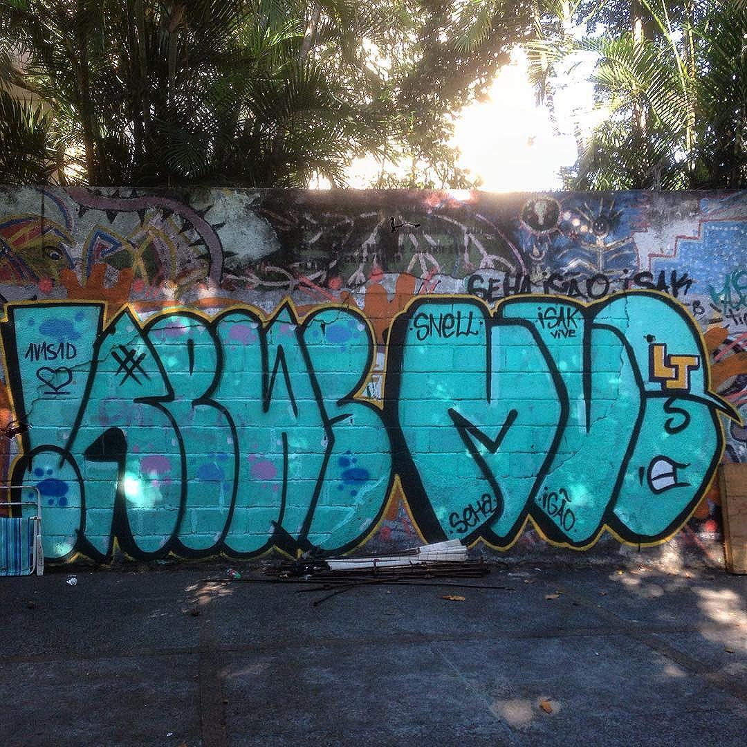 By @rews_1v1s1dc & @francamateus #graffiti #graffporn #streetart #streetartrio #streetartglobe #urbanart #spraydaily #muralsdaily #largodomachado #riodejaneiro #brazil