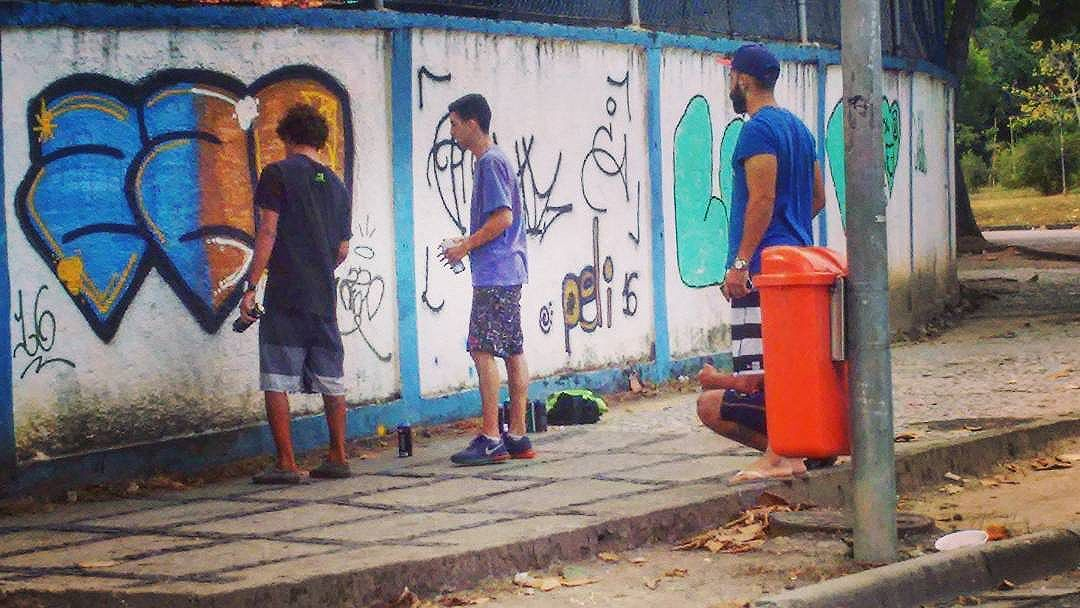 Grafite no muro da escola... Graffiti on the school wall... ----------------------------------------------- #wallpainting #streetartrio #instagraff #instagrafite #streetart #art #urbanart #streetartist #boys #students #barradatijuca #riodejaneiro #brasil