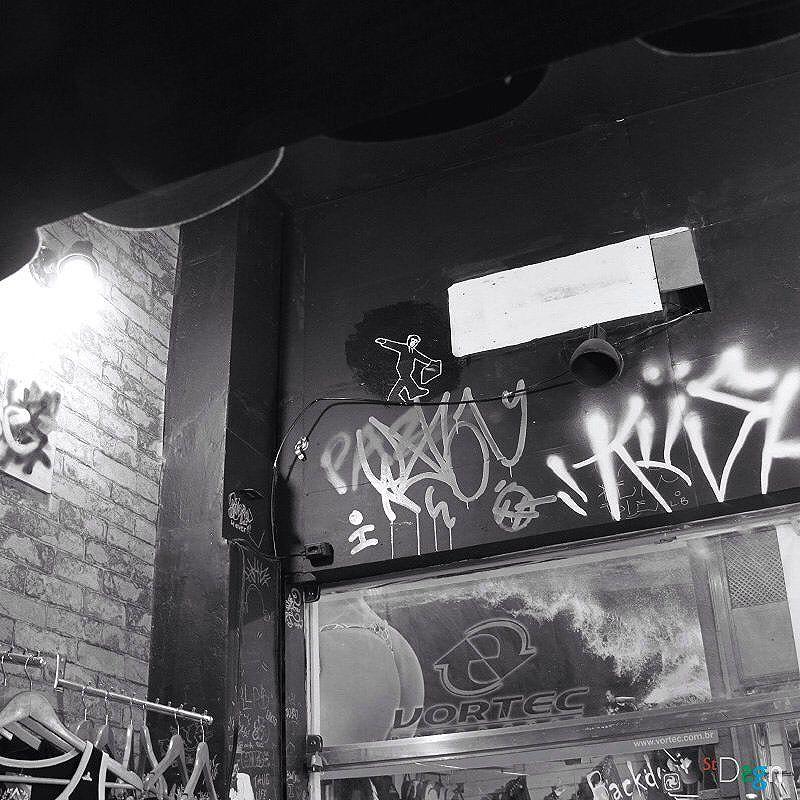 Monkey City. By StDsgn.  Rio de Janeiro . May 2016 . Thanks @harynkstreet & Mariana . Street Art Rio WebSite : stdsgn.fr Galerie Studio 411  #StDsgn #streetdesign #streetart #Placement #vandal #collage #pasteup #stdsgn #urban #graffiti #EphemeralArt #slackline #slack #slackliner #monkey #streetartporn #montpellier #streetartnyc #london #streetartparis #rio #riodejaneiro #streetartriodejaneiro #streetartrio #artderua #artderuario #brasil #kush