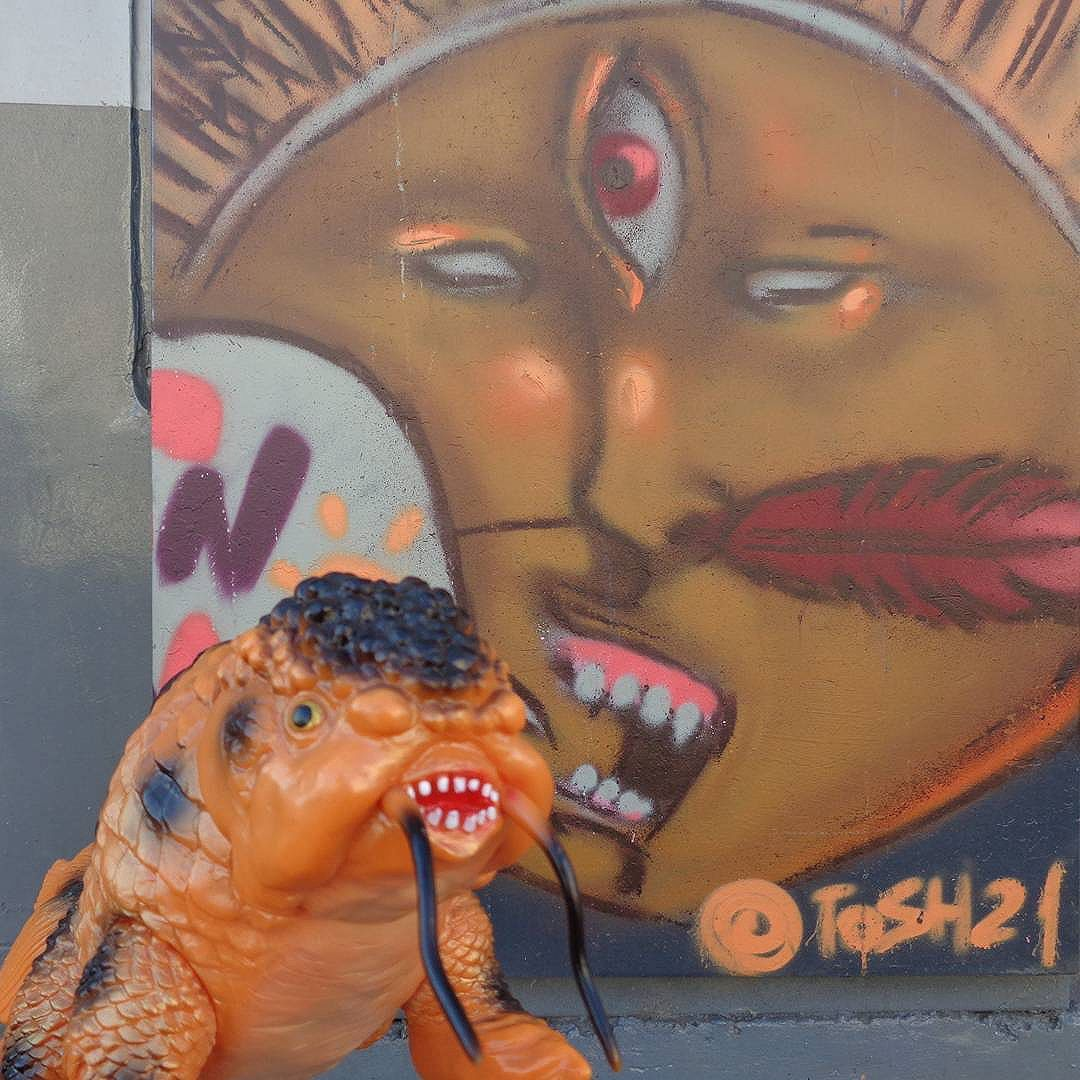 Native fishing ritual to celebrate Kingyozaurus! #tiagotosh #etnograffiti #streetartrio #graffitiart #kingyozaurus #yamomark #sofubi