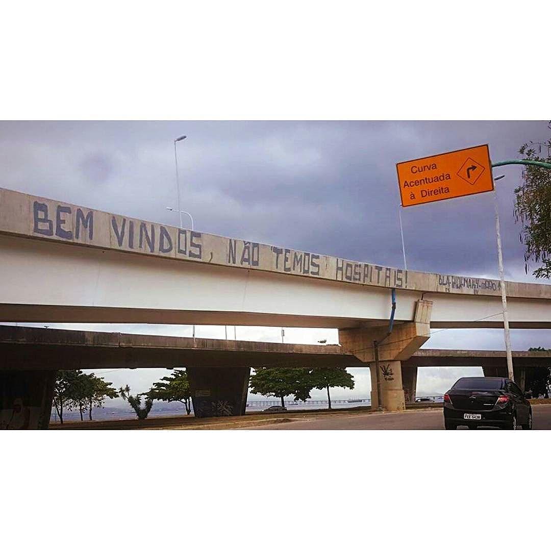 Protesto sempre é texto pra revolta, só análise do que acontece a minha volta. Mas como evitar o manifesto popular se o corrupto anda por aí de escolta ?! #graffiti #bomb #throwup #tagsandthrows #throwie #xarpi #xarpirj #pixo #grapixo #tag #vandal #vandalismo #vandalism #rjvandal #arteurbana #urbanart #estreetart #riodejaneiro #macacoquente #hotmonkey  #amantesdotraçooculto #lovershiddenfeature #novaera #newage #StreetArtRio #vandalovers #ILoveBombing #materiaprima #protesto #rapnacional