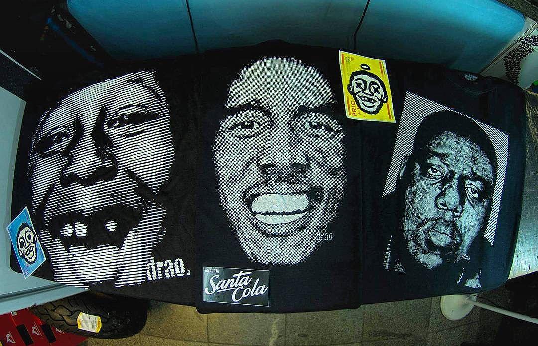 Segura essas 3 camisetas da @lojasantacola que voce encontra na MUS skate. Smile, Bob Marley e Notorious Big, quem não corre fica sem pano e sem style. Por correio sai baratinho o envio para todo Brasil.  #bobmarley #reggae #notorious #notoriousbig #santacola #drao #smileagain #dontcareaboutconcept #copacabana #skaterj #steetart #urbanstyle #streetartrio #streetwear #ipanema #leblon #riodejaneiro #amelhordorio #musskate #NAOcompreCOMamadores #COMPREcomQUEMentende  #NAOcopieCRIE #NAOcopieNOSSAhashtag #NAOcopieAhashtagALHEIA #obrigado