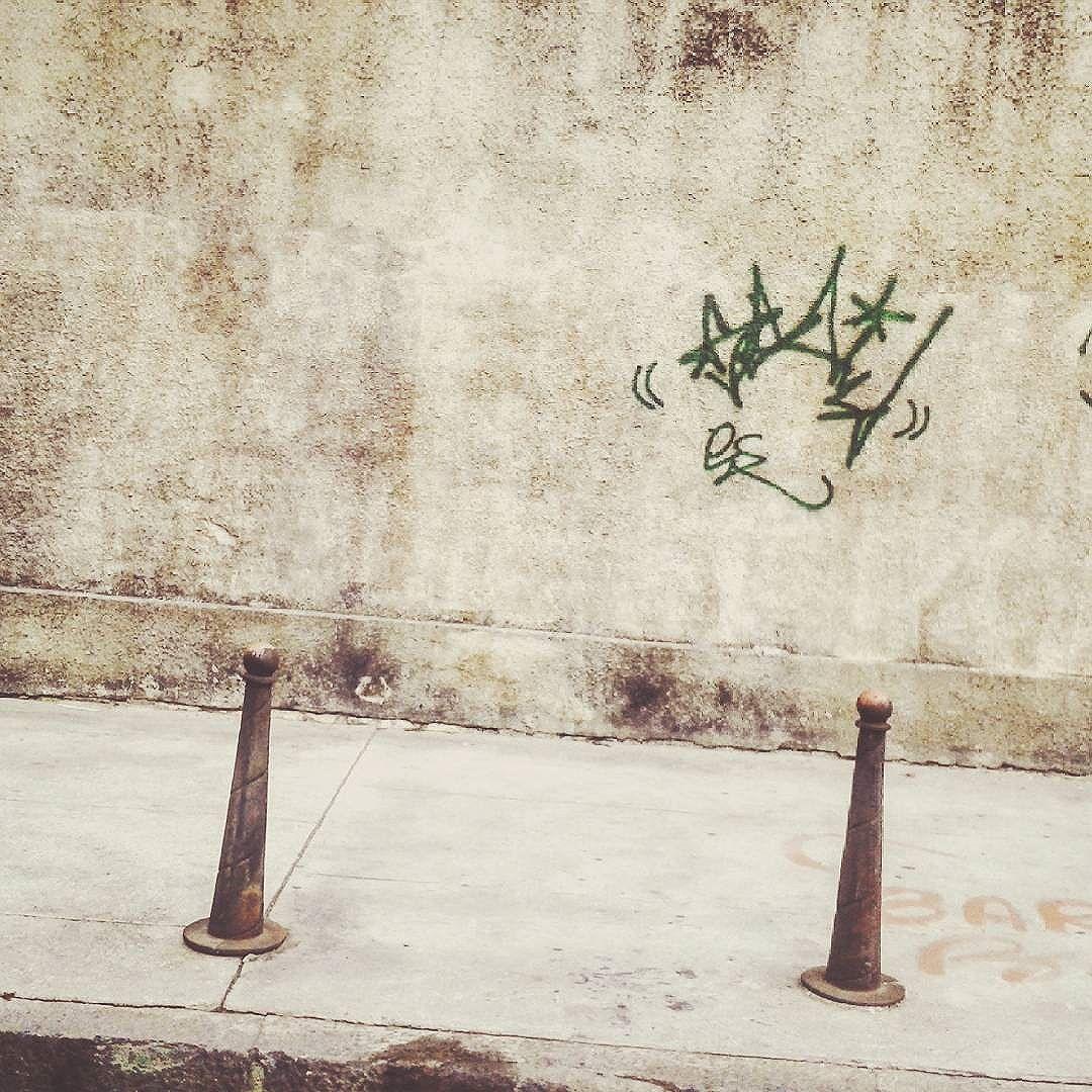 Sobe ou desce?/rise or fall? _________________________________________________ _  #clicknart #wall #learnminimalism #pocket_minimal #soulminimalist #unlimitedminimal #minimalstream #mindtheminimal #minimalmovement #best_minimal_pictures #minimalistic #minimalha #streetartrio #artwork #streetart #fotografiaminimalista #fotografiaderua #ruasdorio #brminimalism #perdidosdasemana #01 #rj