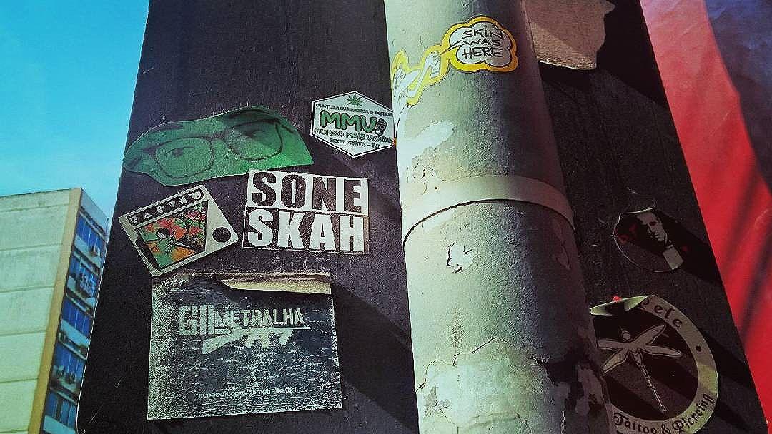 Sticker, grafite, pixação, a rua é galeria de todos.  #culturaderua  #stickersmmv420  #tijuca