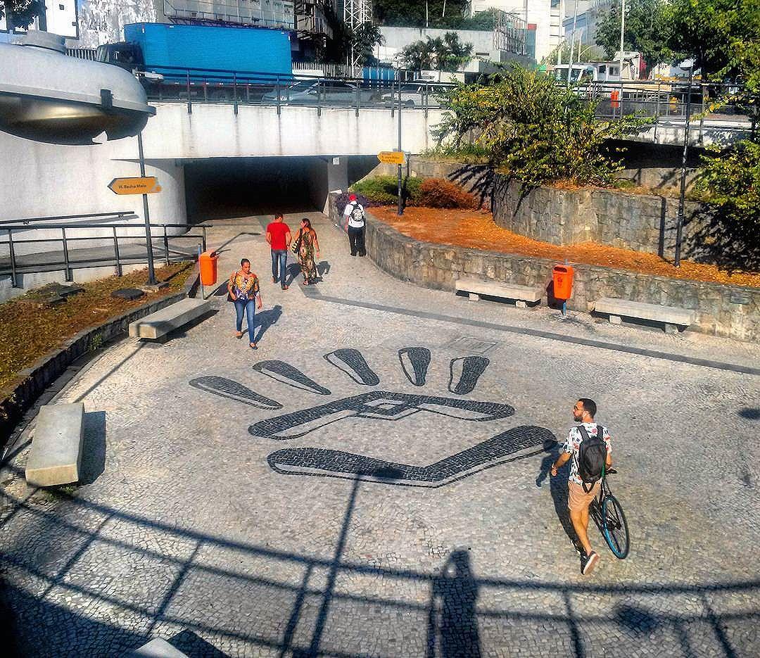 #StreetArtRio  Mosaico de pedras portuguesas na praça Juliano Moreira, próximo ao Shopping Rio Sul, em Botafogo.  Artista: @marrioart (Marinho)  Tirada em 06/05/2016