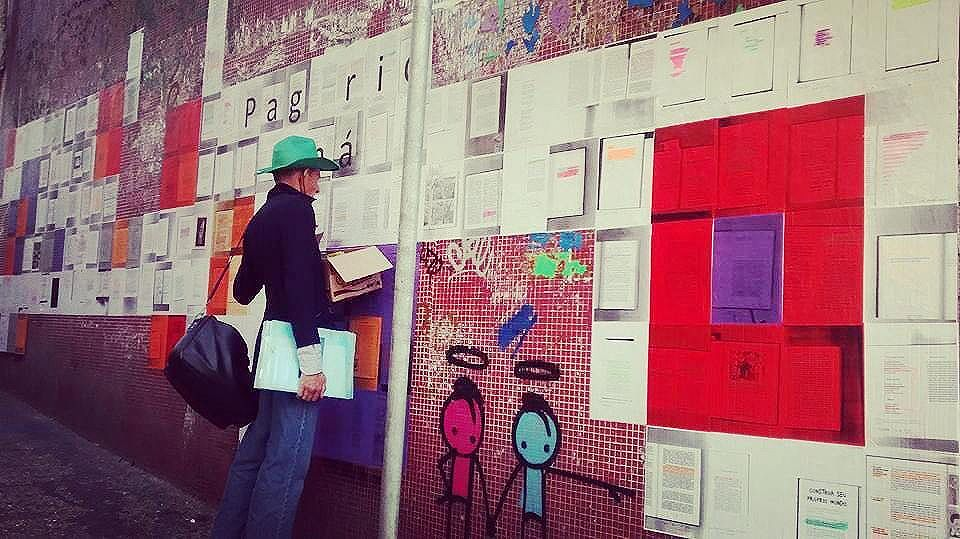 Tá ficando assim, e já temos leitores :-) #paginario #ladeiradocastro  #streetartrio #streetart #street #arte #art #urban #urbanart #globalstreetart #lapa #lambelambe #bookstagram  #books