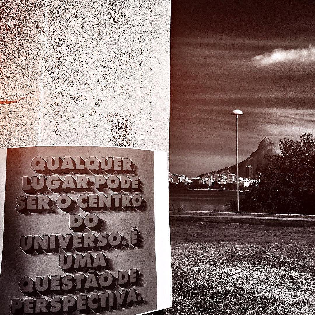 ----------------️-------------- Qualquer lugar pode ser o Centro do Universo. É uma questão de perspectiva. #inteirocoração . . . . . . . . . . . . #urbanexploration #meu_olhar_dreams #catracario #murosquefalam #vozesdacidade #artenosmuros #arteurbana #artederua #sprayart #street_art #streetart #streetartrio #grafitebrasil #graffiti_of_our_world #instacool #poesiadoolhar #poesiadasimagens #destinoerrejota #rioacademianatural #blackwhite #blacklove #pretoebrancofotografia #pretoebranco #bw #vibepositivamundo #rioenquadrado #eutonoadorofarm