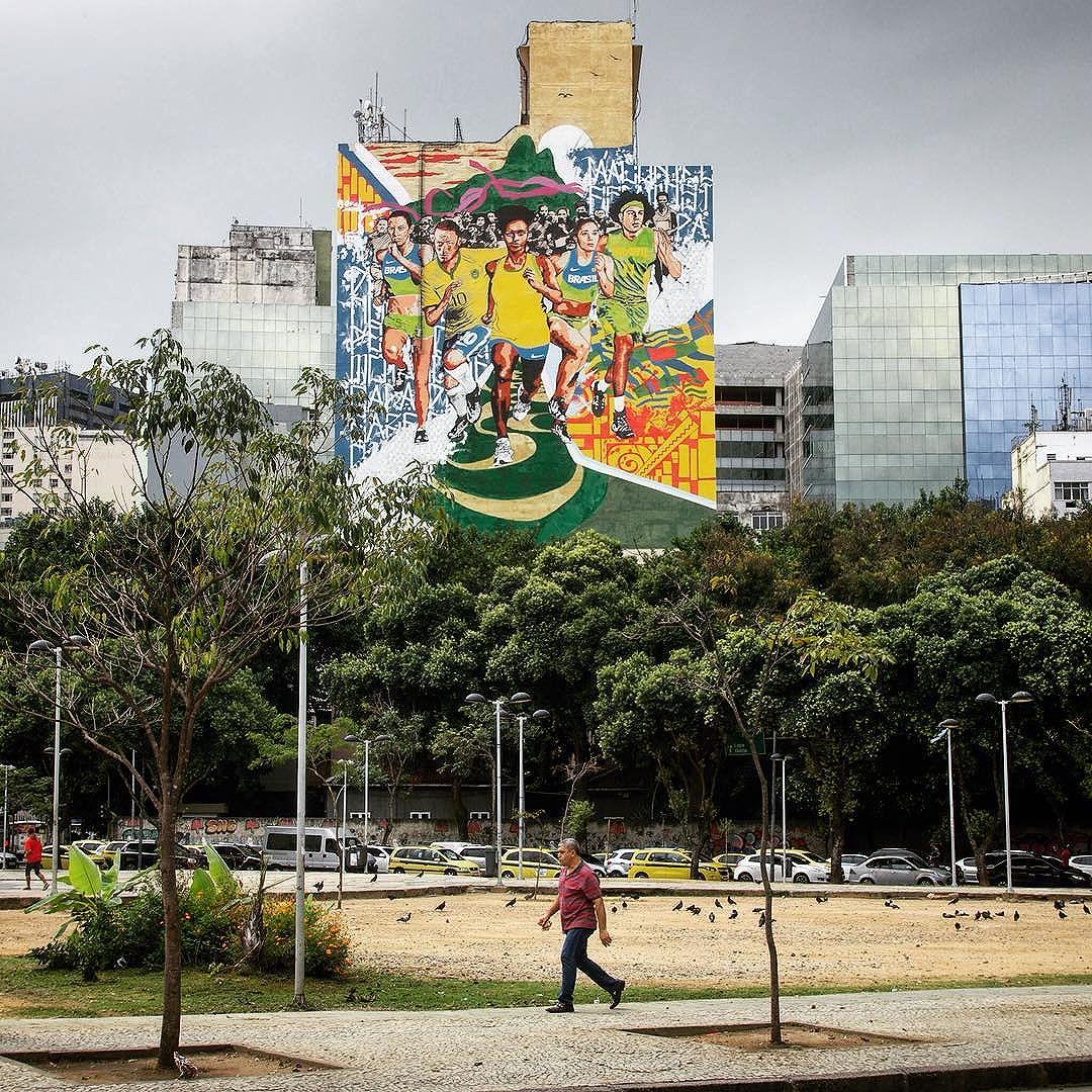 Rio de Janeiro, 2016. -------- #artecallejero #artedecalle #fresque #painting #art #pintura #esoesrio #hombre #fresque #rio #riodejaneiro #brazil #southamerica #latinoamerica #brasil #carioca #walking #streetart #streetartrio #streetphotography #streetphotographyrio #streetphotographybrazil #cidadelinda #mural #huge #walk #candid