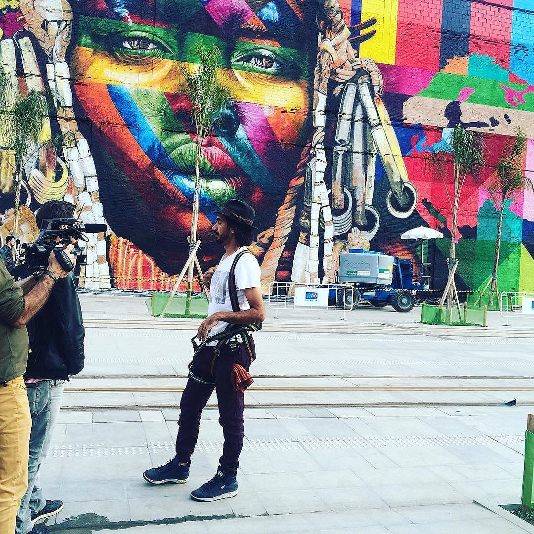 Street Artist - can I say Muralista? - Cobra finishing his amazing work in front of Rio's port #streetartrio #muralista #portomaravilha #cidadeolimpica #rj #rio