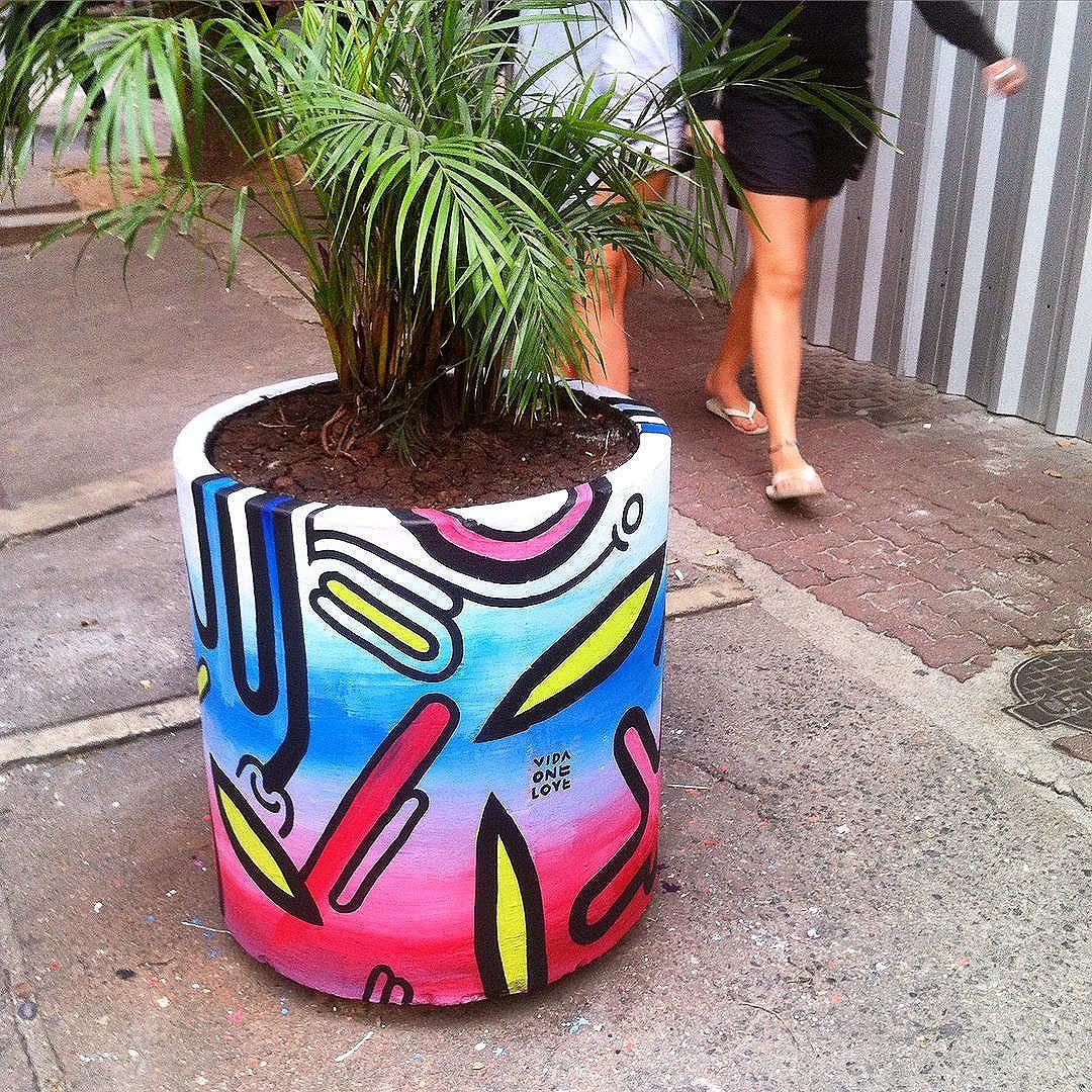 #totem #pop #ipanema #planta #palmeira #natureza #vida #rua #cidade #rj #vidaonelove #urbanart #streetart #vasos #comunicantes #olim #piadas #80s #oldschool #electric #electro #urbandesign #homestreethome #streetartrio