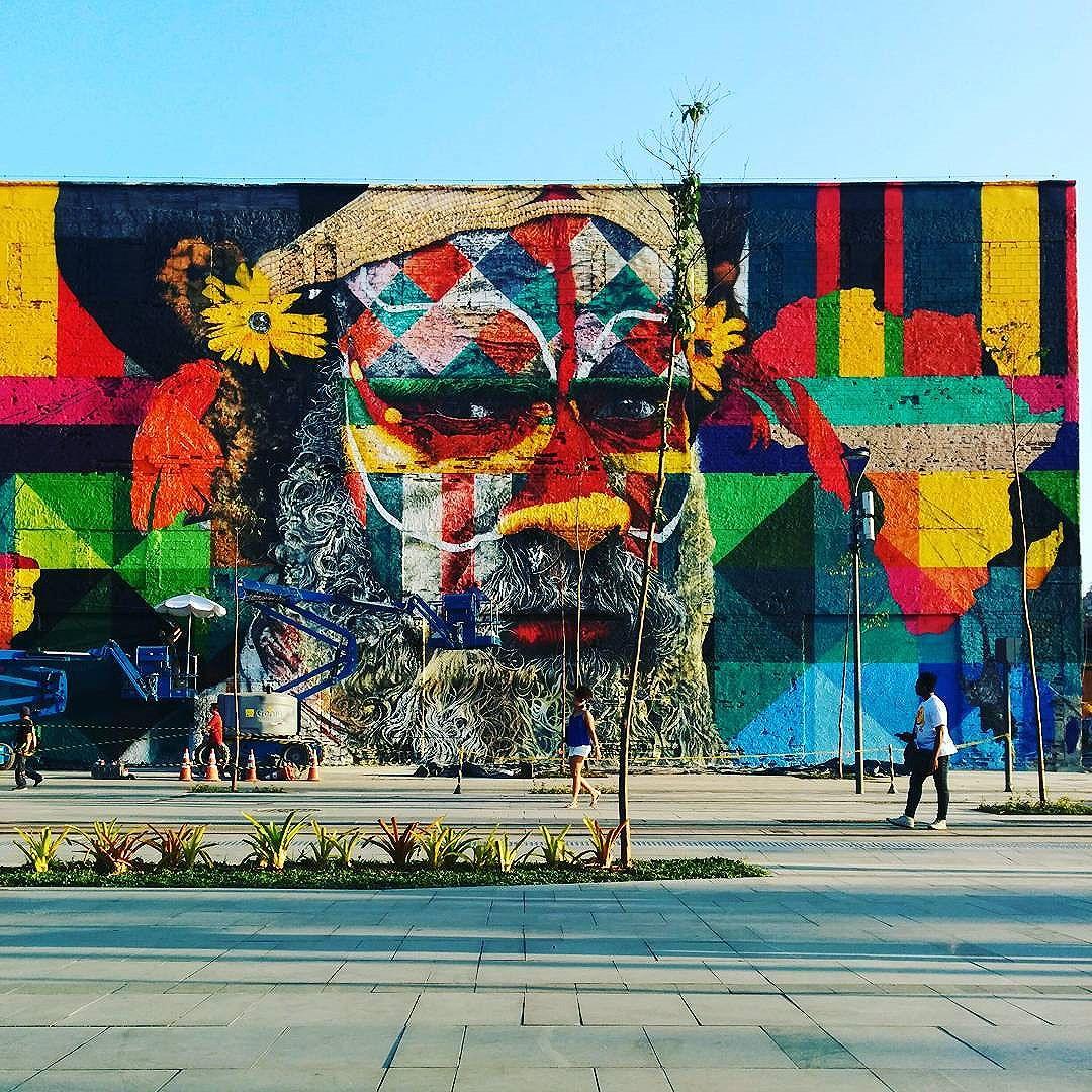 Uma parte do imenso painel de #StreetArtRio do @kobrastreetart