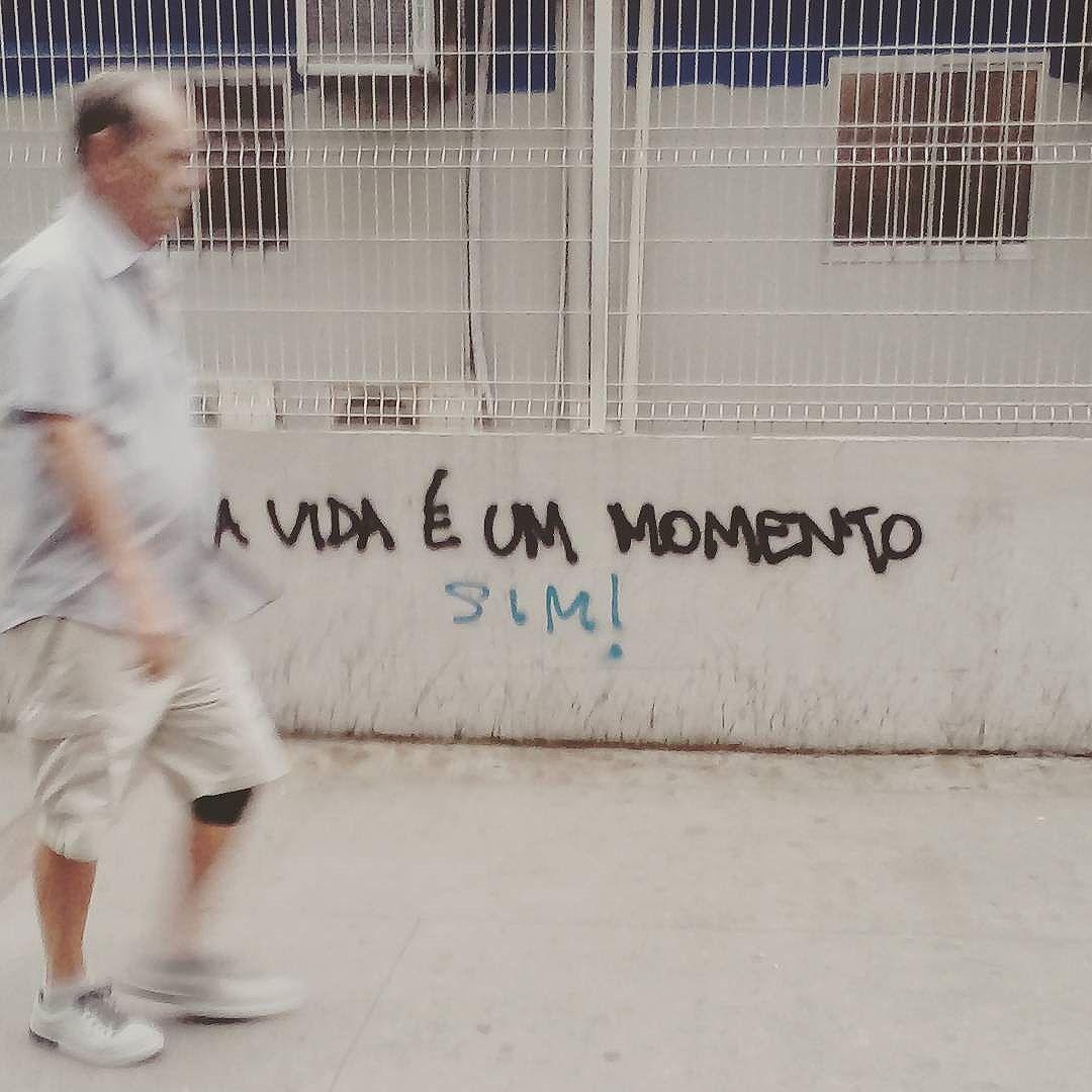 A vida é um momento!  #palavrasachadasnarua #riodejaneiroinstagram #riodejaneiro #olheosmuros #oqueasruasfalam #poesia #graffitti #streetart #pixo #streetstyle #murosquefalam #poesiaderua #poesiadeparede #poesia #streetartrio #arte #arteurbanabrasil #arteurbana #arteurbanarj #grafitti #grafittibrasil #grafittirj