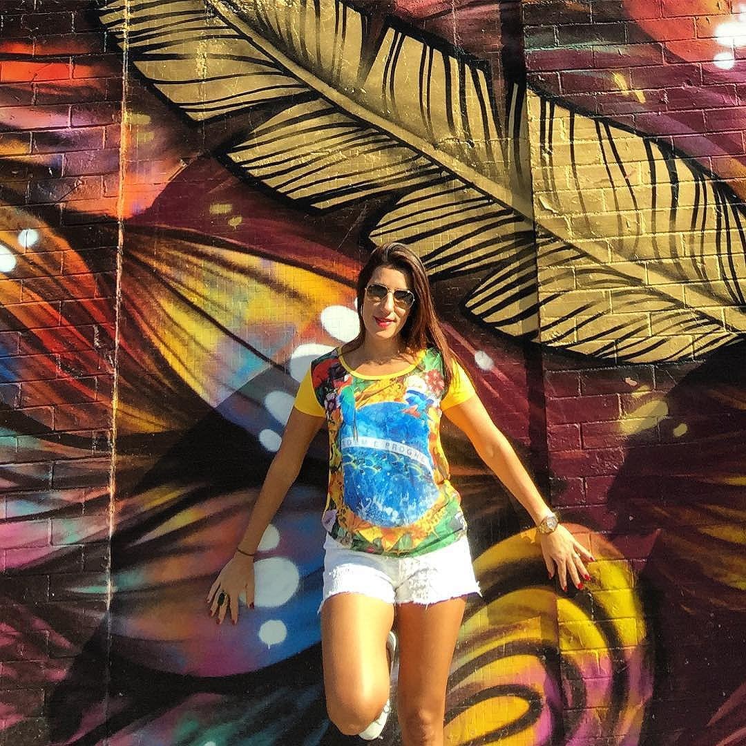 As ruas do Rio estão cheias de arte em seus muros grafitados. Arte urbana deixando o centro do RJ mais colorido. Muito lindo! #olimpiadas2016 #StreetArtRio #arteurbana #grafites #riocolorido #passeioolimpico