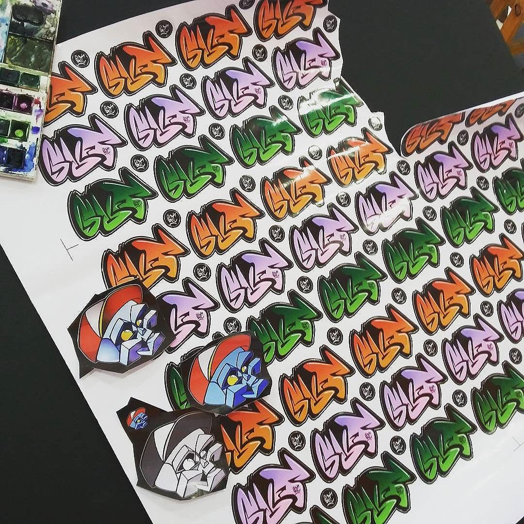 Chegaram os stickers do bomb e do Robozin,  valeu ao mano @nadigraffiti pelo suporte.  #bombart #streetartrio #tijuca #rjvandal #mafia44 #niterói