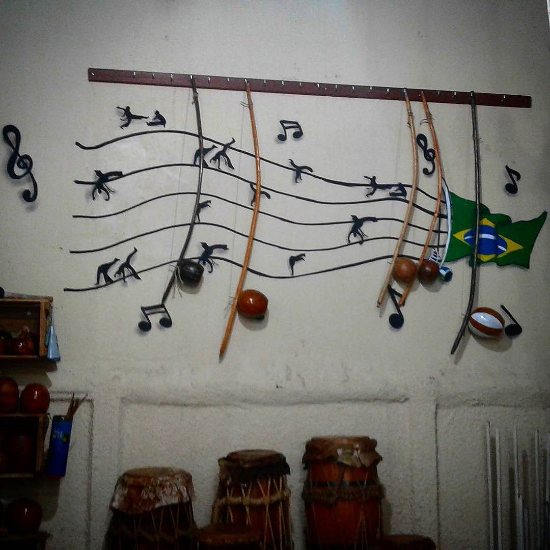 Colorindo o cantinho da musicalidade da Capoeira Brasil.  #capoeirabrasil #capoeira #instrument #graffiti #hiphop #ginga #luta #dance #art #streetartrio #streetart #leandroice #mestreboneco