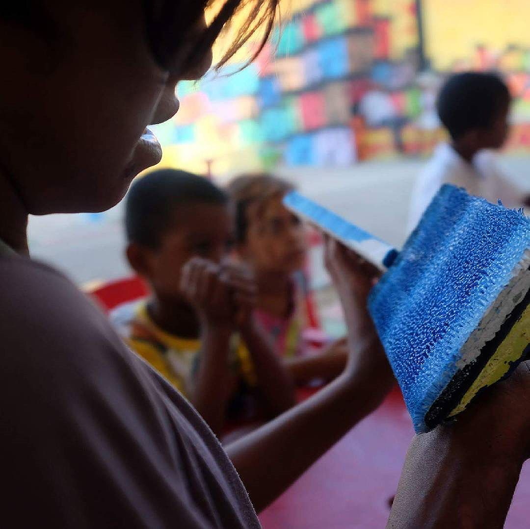 Nossa missão é abrir novos caminhos para que as nossas crianças encontrem  um objetivo  através  das oportunidades  que são  oferecidas à elas!  Caio artista Favela Art Foto: Telma Cortez  #MariluceMariá  #FavelaArt #SomosTodosArtistas #OFuturoEstáNásCrianças  #Arte  #Colors  #Paint  #RioOlimpicGames  #TochaOlimpica  #RioDeJaneiro  #CidadeMaravilhosa  #Carioquissimo  #StreetArtRio #World  #Igersrio #InstagramBrasil #Instagram #OFuturoEstáNasCrianças #favela #rio2016  #Rio #RioDeJaneiro  #olimpicgames  #olimpiadas2016  #olimpycsgames