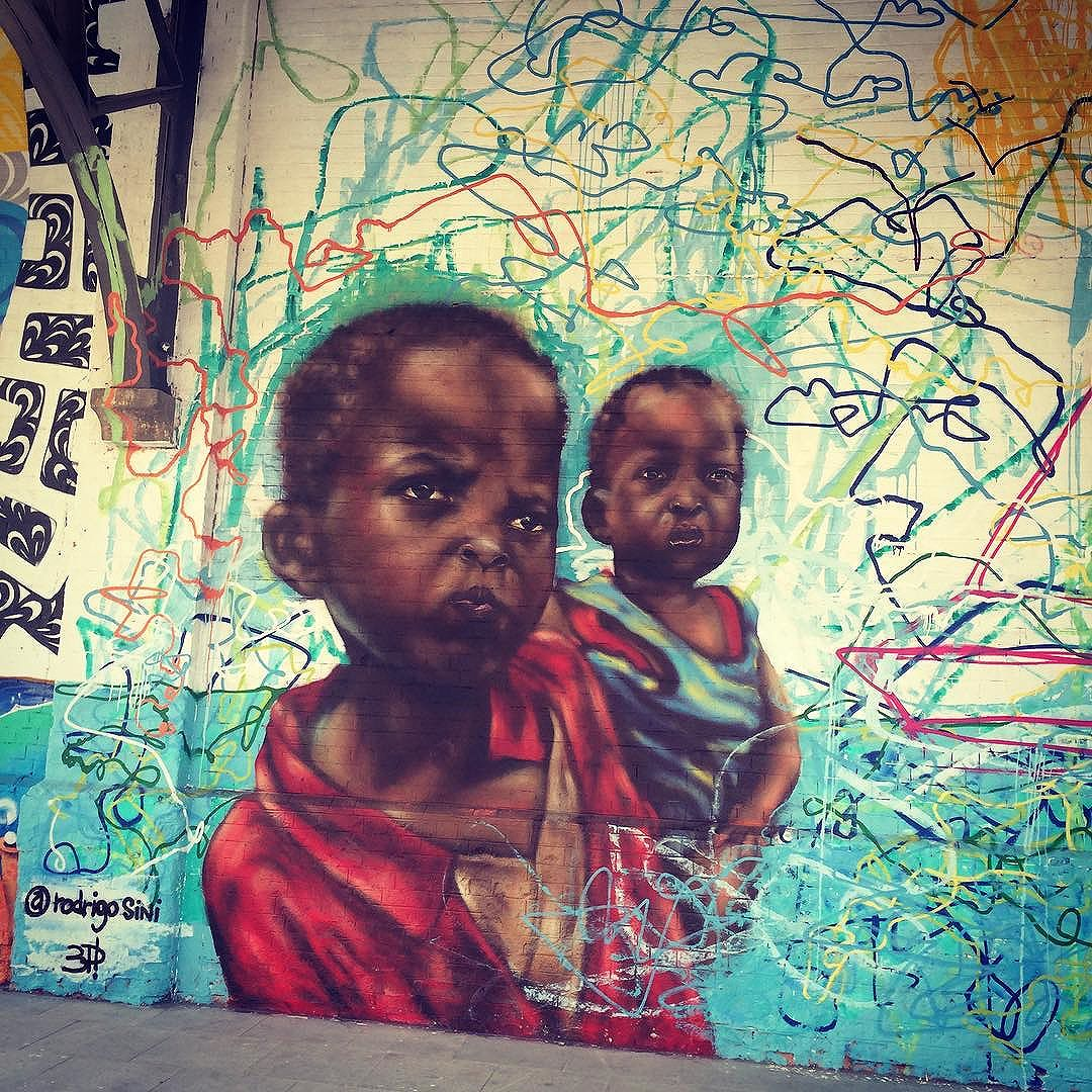 Palmas para esse painel: Pretos pedem paz! #RodrigoSini #PretosPedemPaz #ArteDeRua #StreetArt #StreetArtRio #MuseuACéuAberto #InstaGraffiti #InstaGrafite #PortoMaravilha #BoulevardOlímpico #ZonaPortuária #Rio2016