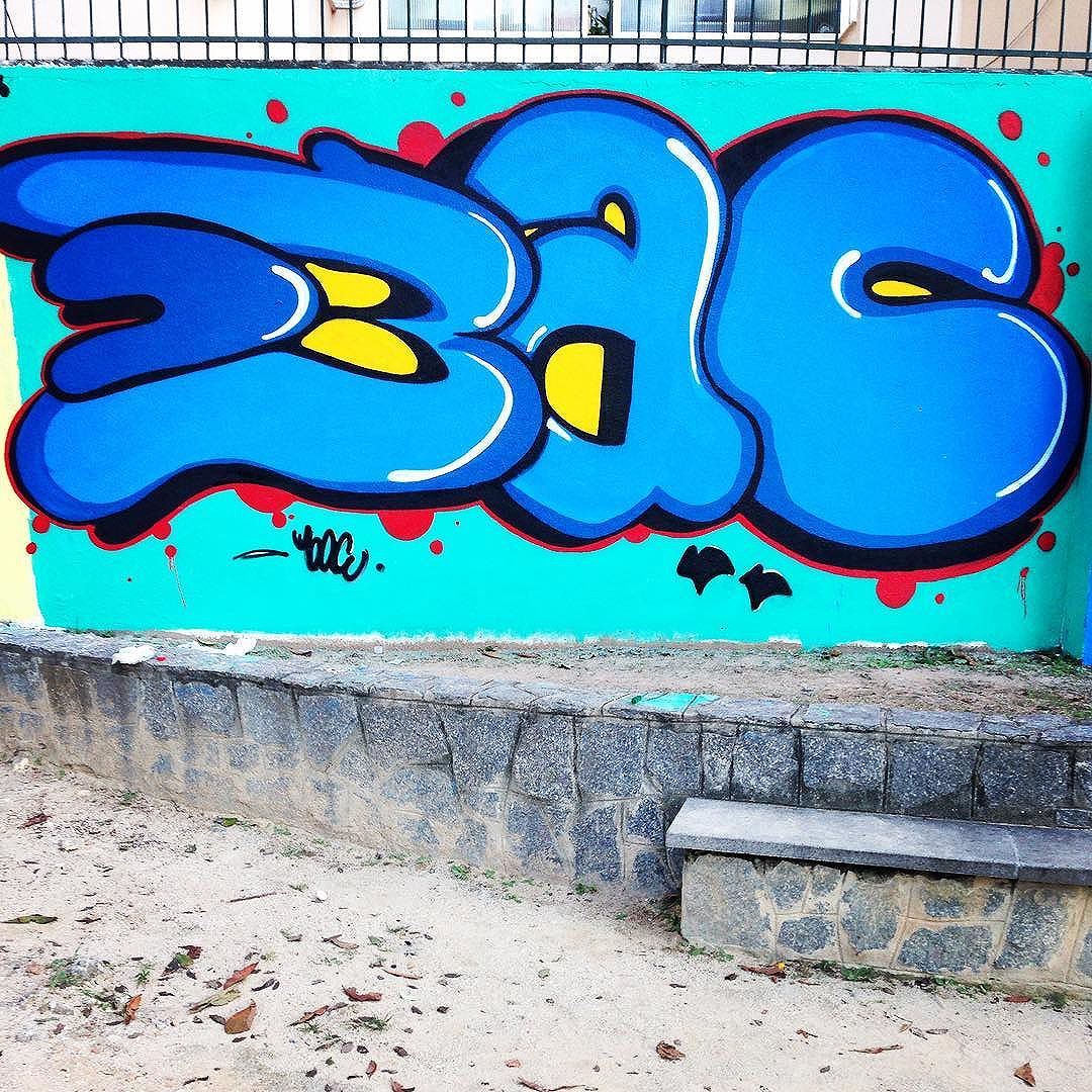 """Respeito é pra quem tem..."" #bac #trapacrew #tijuca #streetartrio #streetart #arteurbana #vandal #sprayart #graffiti #instagraffiti #instagraff #graffrio #mtn94 #grafite #instaart #fatcap #streetartphotography #spraycan #urbanart #graffitiart #graff  #welovestreetart #urbanwalls  #cartoon #streetarteverywhere  #drawing"