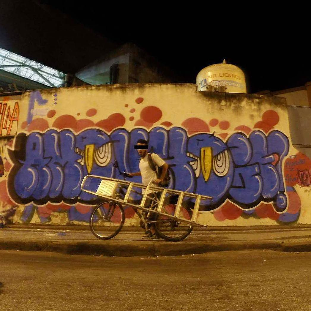 Vá de bike #bike #graffiti #amouhoje #welovebombing #ilovebombing #vandal #bicicleta #noucolors #rjvandal #arteurbana #instagraffiti #streetartrio
