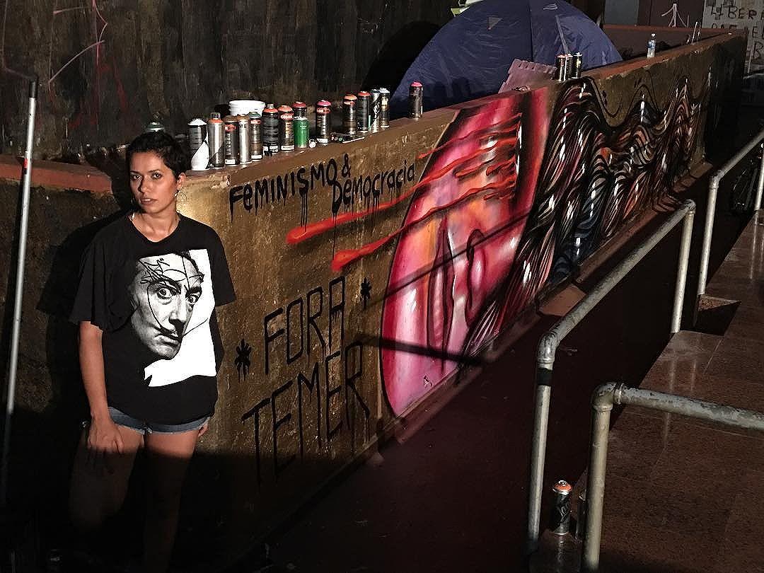 Feminismo & Democracia. [Frase: @caverbuck | Foto: @madeira_photo ] #OcupaMinC #ForaTemer #graffiti #streetartrio #panmelacastro.  Só que eu vim de penetra e não dá pra marcar o patrão @marceloeco Pq sou bloqueada das redes sociais dele.