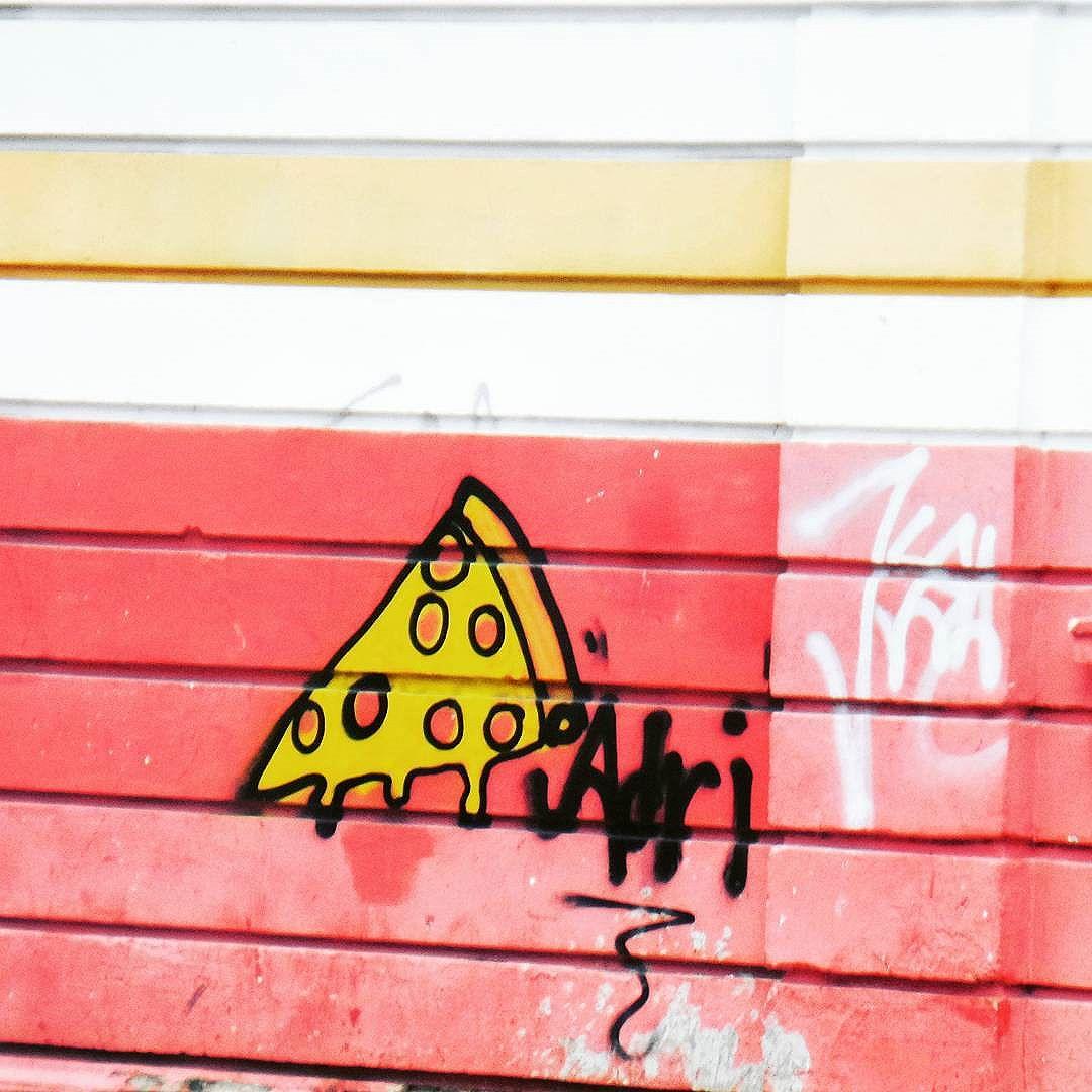 Vai uma pizza?  #tatendopizza #pizza #pizzalovers #streetphotography #streetphotographers #ofantasticomundodografite #urbanwalls #streetart #arteurbana #intervencaourbana #streetartrio #streetartist #sprayart #aerosolart #be_one_urbanart #graffiti_of_our_world