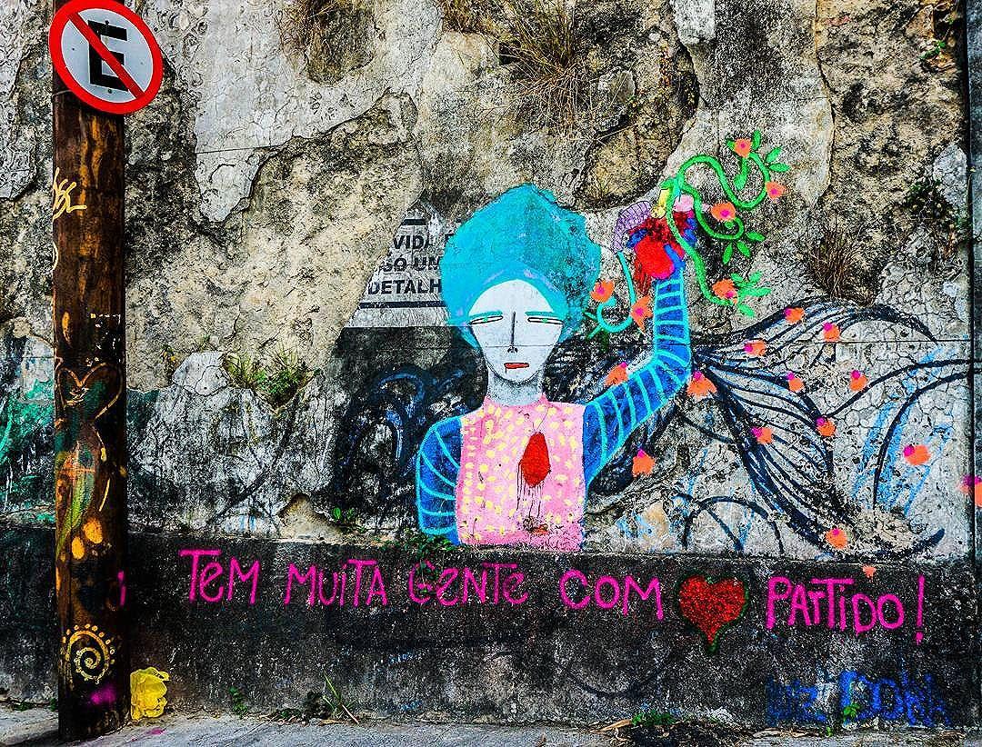 ×Street art não é só Kobra e Os Gêmeos, tem muita gente quebrando tudo longe do holofote× . . . . . . . . .  #RiodeJaneiro #021 #centro #arquitetura #street #rua #streerart #StreetArtRio #prédioantigo #centrorj  #casa #equilibrium #equilíbrio #vsco #vscocam #vscobrasil #urban #architecture #streettalks #urbaninspiration #abandonado #sonyalpha6000 #sonya6000