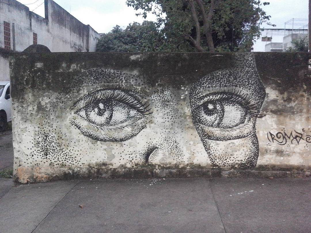 ". . . . . . . . .. . ""A arte limpa da nossa alma toda a poeira do dia a dia."" (Pablo Picasso) #romastreetart #streetartistry #streetartrio #streetart #ruasdazn #pontilhismo"