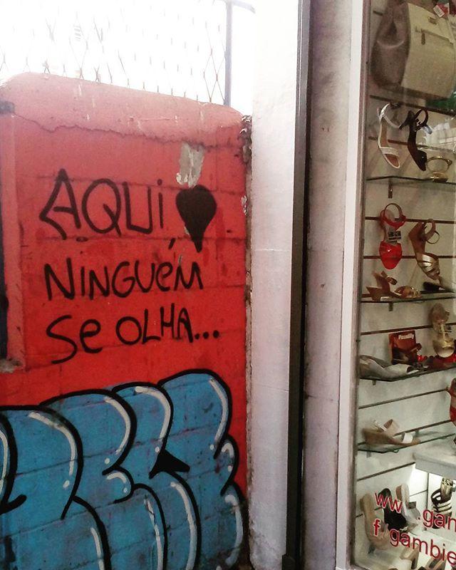 Aqui ninguém se olha. #palavrasachadasnarua  #poesiadeparede #poesiaderua #poesia  #laranjeiras #riodejaneiro #riodejaneiroinstagram  #oqueasruasfalam #olheosmuros #murosquefalam #graffiti #muros #streetartrio #streetart #streetstyle #streetwear #vitrine