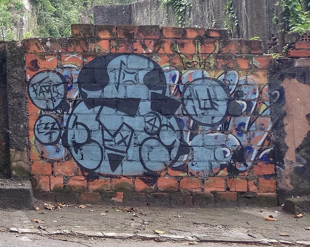 foto de @ArteRuaRio & arte de rua próximo ao Mirante do Joá | #ArteRuaRio #brarts . . * veja mais arte em #StreetArtRio #GraffRio #RJStreetArt #RJGraffiti #GraffitiRio #GraffitiCarioca #InstaGrafite