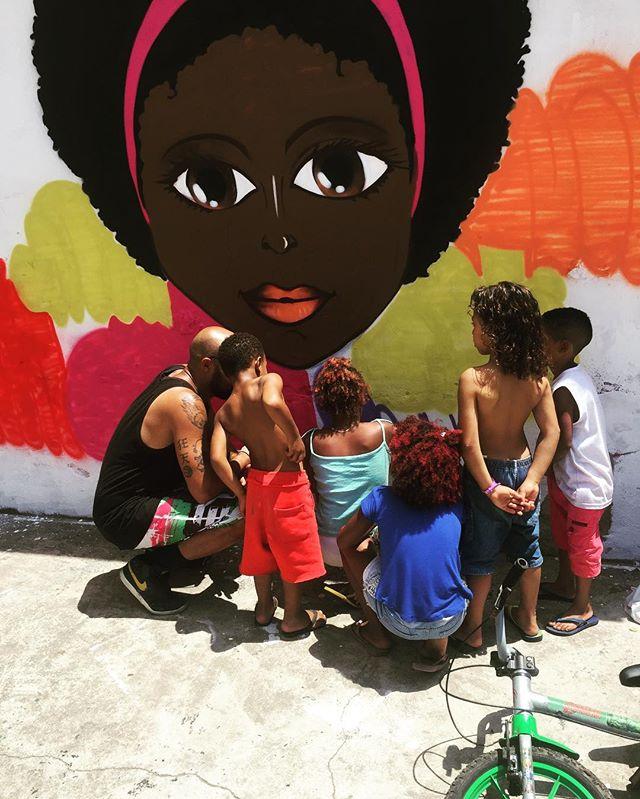 """O dia é delas... VIVA AS CRIANÇAS !!! Diretamente do evento """"A Rua é nós"""" no IBGE na comunidade da Mangueira. #pandronobã #aruaénós #artistasurbanoscrew #streetartrio #ilovegraffiti #arealidadedasruas #ruasdazn #diadascrianças #realrua #artederua 2016"""