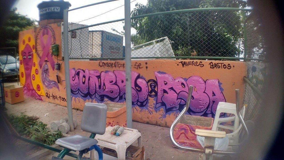 Outubro chega ao fim, mas a campanha de prevenção ao câncer de mama tem que continuar. Na foto, grafitagem de conscientização sobre o #OutubroRosa promovida pela #RedeNami.  Artistas: #Oli @priscilarooxo e @pamela_reis_1  #Graffiti #ArteUrbana #StreetArt #StreetArtRio #Feminismo