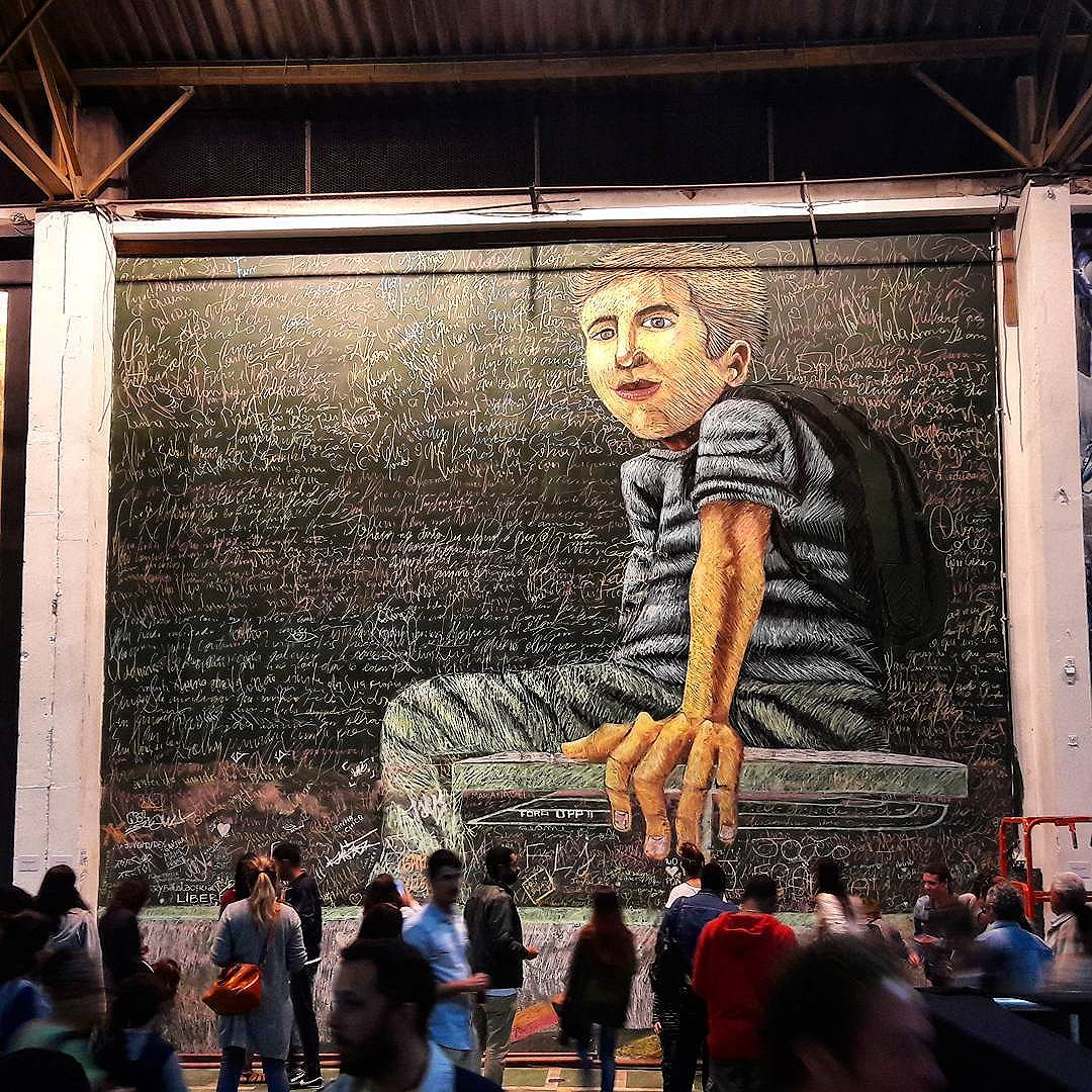"""#StreetArtRio """"Giz escolar"""" - depois  Giz sobre muro no evento @artrua, na avenida Professor Pereira Reis, 76, no Santo Cristo. 3/3  Artista: @jerrybatistaoficial (Jerry Batista)  Tirada em 02/10/2016  Quer conhecer mais obras deste artista e de tópicos relacionados? Explore mais em: #g021_jerrybatista #g021_SP #g021_outrosestados #g021_outrastecnicas  #g021_artrua2016"""