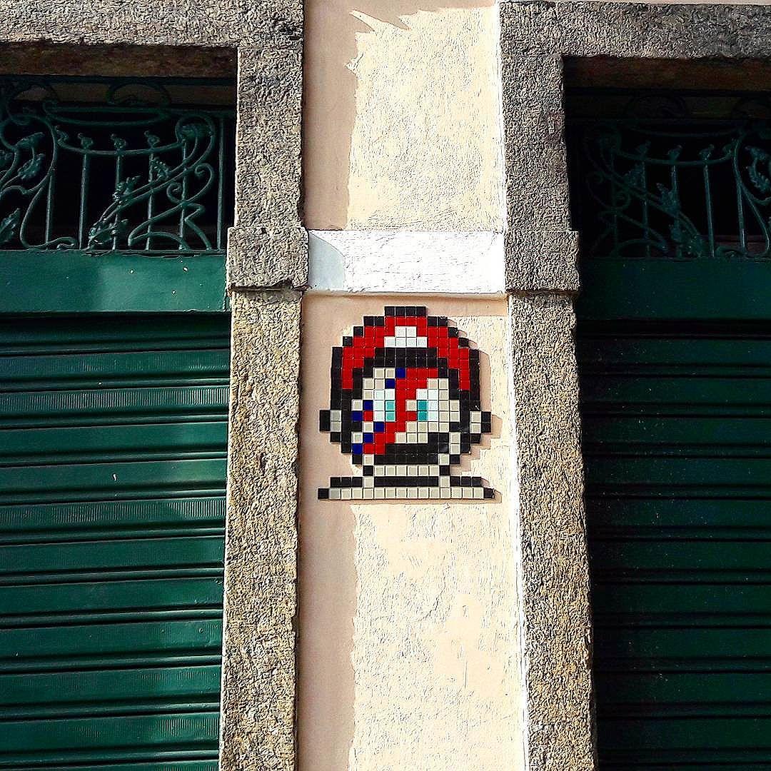 #StreetArtRio  Mário Starman.  Pastilhas coloridas na avenida Mem de Sá, próximo ao cruzamento com a Rua do Rezende e Rua dos Inválidos, na Lapa.  Artista: @project8bitch (8 Bitch)  Tirada em  24/10/2016  ________________________________________________  Quer conhecer mais obras destes artistas e de tópicos relacionados? Explore mais em: #g021_8bitch #g021_outrastecnicas  #g021_grafiteiras