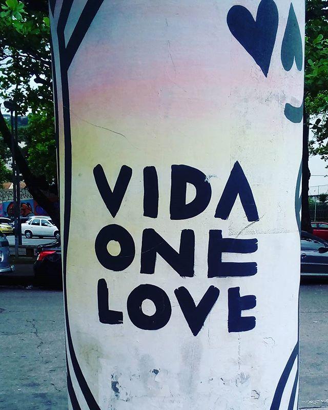 Vida one love. #palavrasachadasnarua #poesiaderua #poesia  #streetartrio #streetartistry #grafitti #grafittibrasil #arteurbana #streetart #streetstyle #streetwear #tijuca  #riodejaneiro  #riodejaneiroinstagram #riodejaneiro_originals #oqueasruasfalam #olheosmuros #murosquefalam #muros #poste #onelove #love