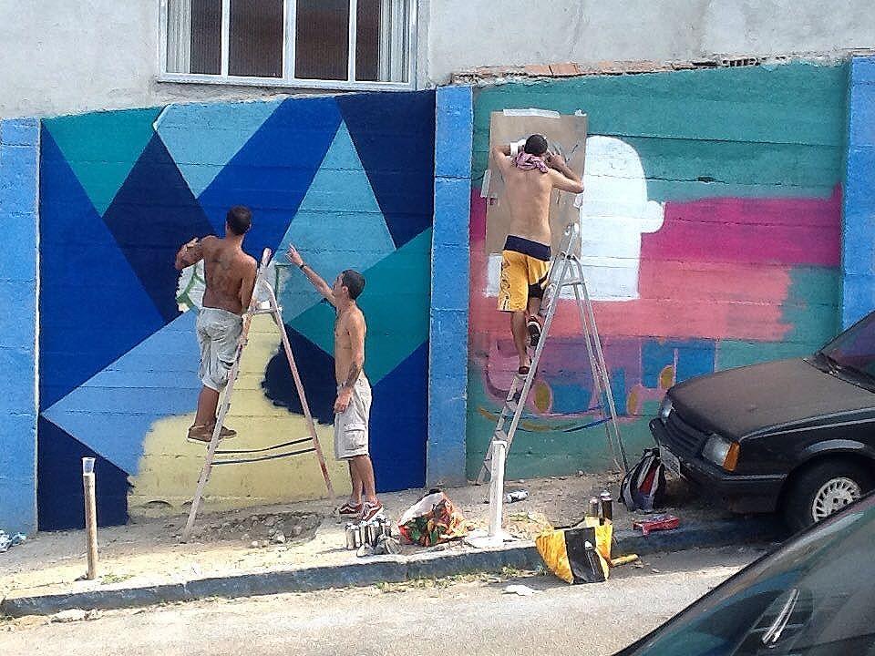 A grafitagem da @natafamilia continua, agora, com a presença do @remelattk, que está fazendo um #estencil no #museunami  @thuliomoreiramonteiro @victornatafamilia  #NataFamilia #Stencil #StencilRJ #ArteUrbana #StreetArt #StreetArtRio #RedeNami #InterNAMI #MuseuNami