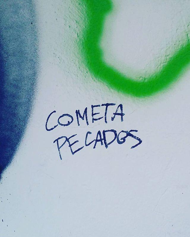Cometa pecados. #palavrasachadasnarua #poesiadeparede #poesiaderua #poesia  #streetartrio #streetartistry #grafitti #grafittibrasil #arteurbana #streetart #streetstyle #streetwear #laranjeiras #riodejaneiro  #riodejaneiroinstagram #oqueasruasfalam #olheosmuros #murosquefalam #muros #arteurbanabrasil #arteurbana #arteurbanarj #aruafala #cometa #pecados #seven