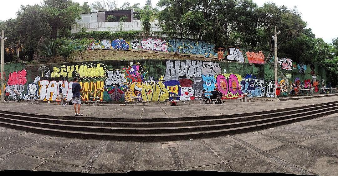Galera show hoje na pintura do CIEP Tancredo Neves, vulgo Brizolao do KTT. Obrigado geral qie colou neste sabado de pintura bomb #welovebombing #bombing #streetartrio #streetart #estencil #stencil #stencilrj #rjstencil #stencilshop #riodejaneiro #arteurbana #artederua #urbanart #vandal #rjvandal #vandalrj #castelinho #flamengo #catete #ktt #ttk #remela #graffiti #graffitilife #street #fodasesuacrew #spray #spraypainting