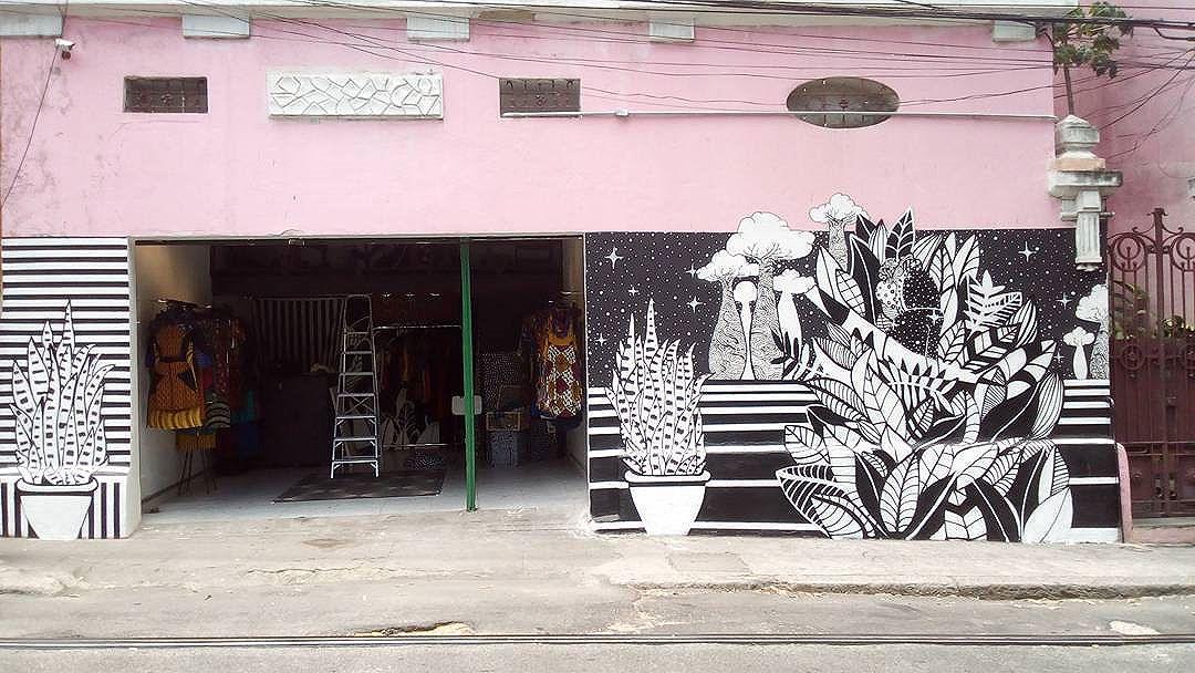 """Mural: """"A Dona do céu"""" na Baobá Brasil completo. Energia boa, muita satisfação em fazer esse trampo, na loja das minas pretas, no bairro que amo, e pra completar, o casarão foi o primeiro centro de Umbanda de Santa. Salve! #camilacamiz #streetartrio #santateresa #rj #baobabrasil #riodejaneiro #brasil"""
