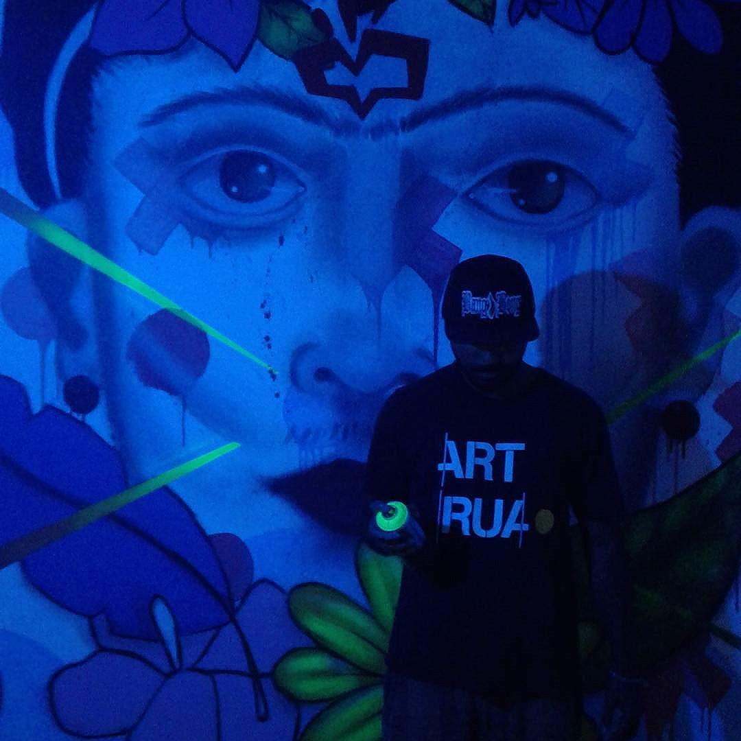 No escuro, todo gato é preto.  #artrua #graffiti #lightneon #neon #art #leandroice #streetart #streetartrio #globalart #globalstreetart #cdd #artemanha #artemanhario #frida #fridakhalo #feminism