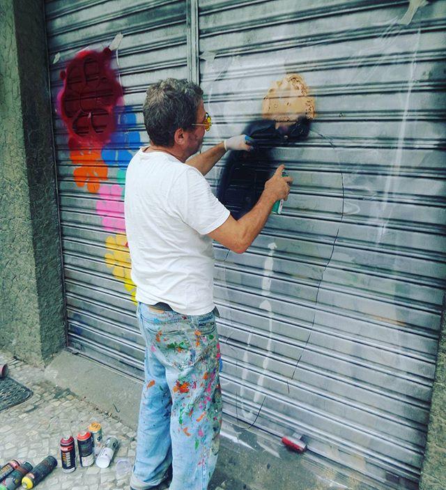 No flagrante. .. @andreabrandani #andreabrandani #streetphotography #streetphotographers #ofantasticomundodografite #wallporn #sprayart #aerosolart #be_one_urbanart #graffiti_of_our_world #streetartglobal #ipanema #zonasul #arteurbana #artrua #streetartrio #streetartist #streetstyle #riodejaneiro #flagrante #graffirio