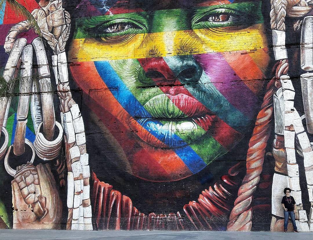 O dia em que a gente redescobrir a humanidade, na mais intensa das definições, quem sabe a gente tome jeito nessa vida e saiba valorizar a graça do compartilhar. #streetartrio #boulevardolimpico #tchaurio #atelogo