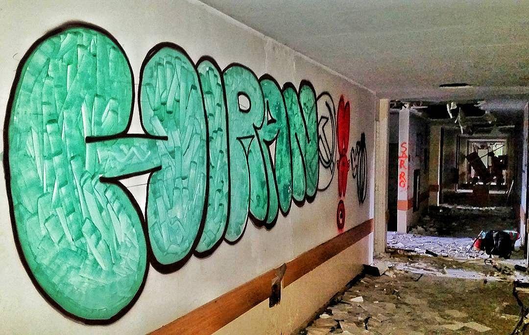 """O grafite não é uma maneira de sujar prédios, mas um modo de embelezá-los. "" Banksy 2008  #angatu #angatus #hiran #rafaelhiran #olheosmuros #streetartrio #fromthestreet #fromthestreets  #artebrasileiros #brarts #letters #iloveletters #graffitilovers #ilovegraffiti #bombing #bomb #welovebomb #freehand #instagrafite  #graffiticlassicmoments #graffitiigers #vscoart #cenaurbana #olhares #fotografiaurbana #streetarteverywhere #brarts #banksy"