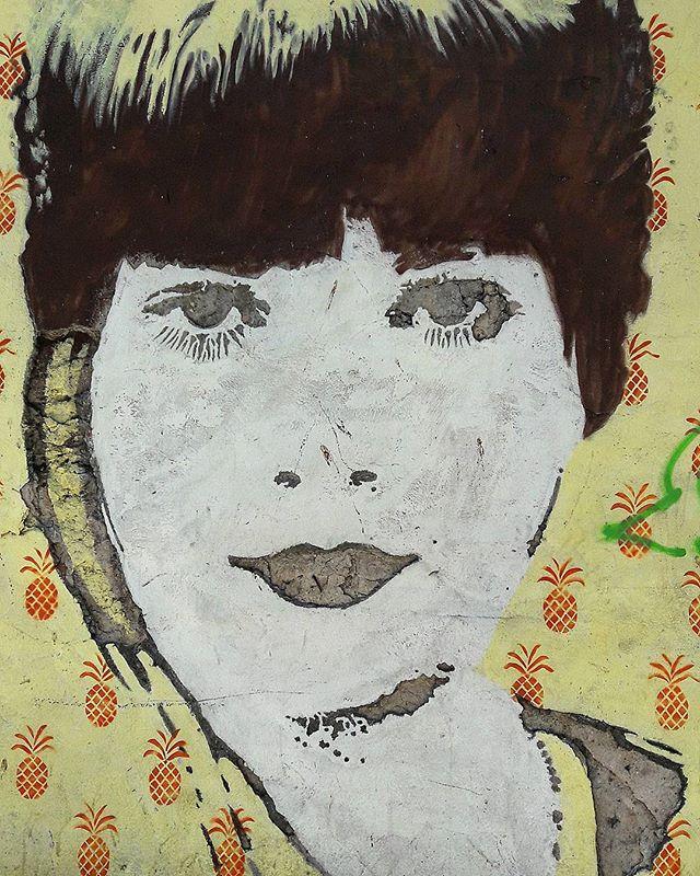 #StreetArtRio  Desenho escavado na parede O: Pintura, stencil e baixo relevo na rua Machado de Assis, próximo à esquina com o Beco do Pinheiro, no Flamengo. 1/3 Artista: @leonardtlau (Leonardt Lauenstein)  Tirada em 16/11/2016  ________________________________________________  Quer conhecer mais obras deste artista e de tópicos relacionados? Explore mais em: #g021_leonardt #g021_stencil #g021_outrastecnicas