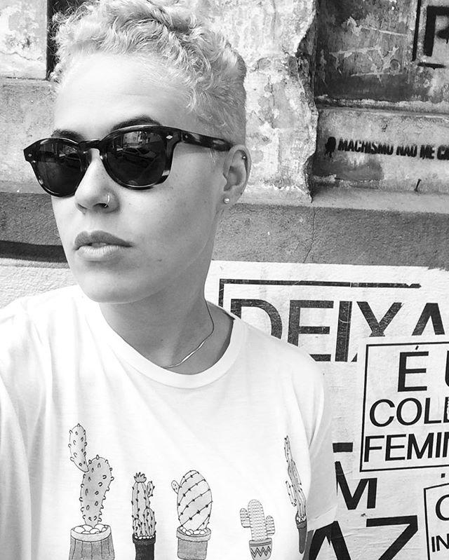 {white, black&white}. ️️️ #deixaelaempaz #omachismonaomecala  #oqueasruasfalam #streetartrio #wheatpaste #grannyhair #pixiecut #napeshave #napecut
