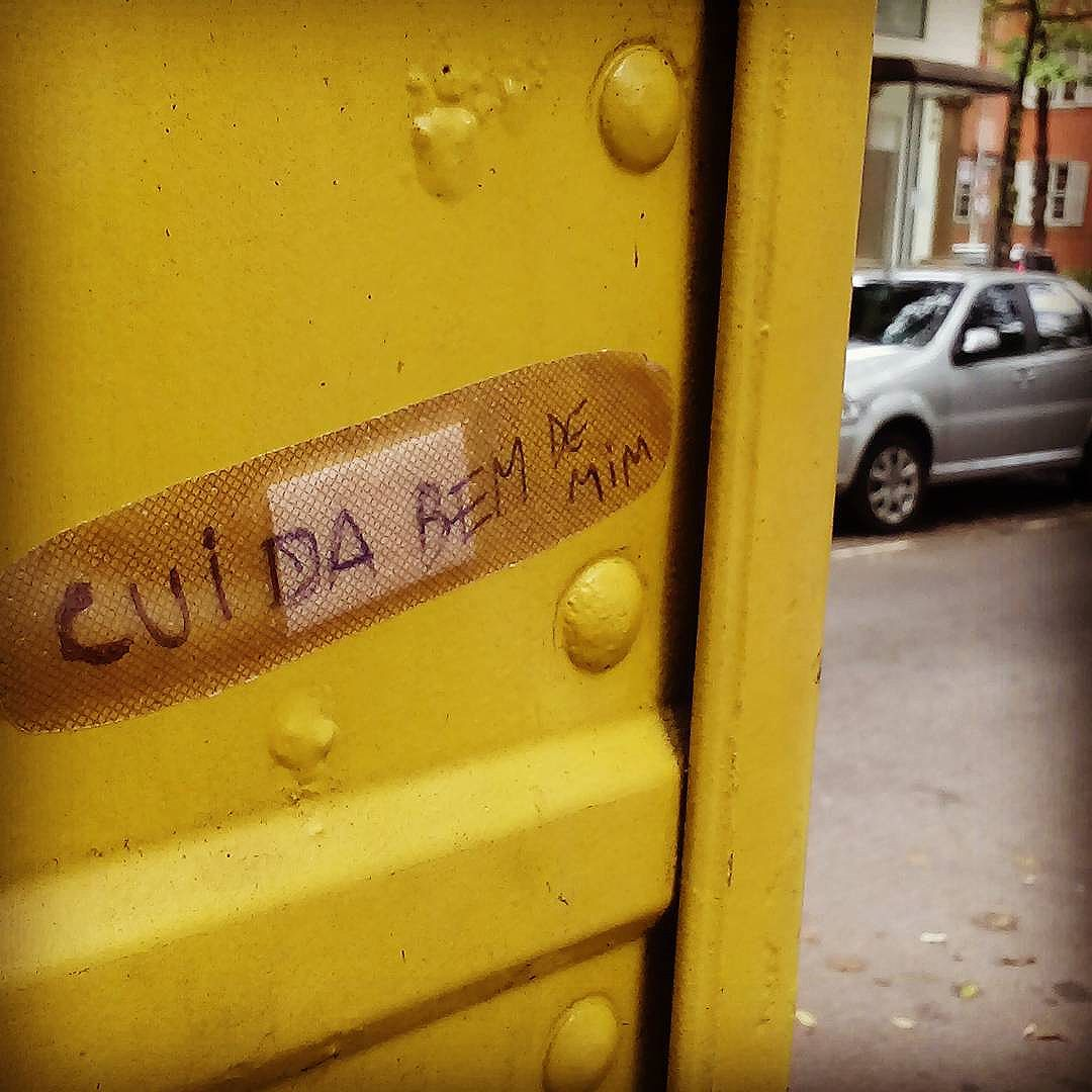 Cuida bem de mim. #palavrasachadasnarua #wordsfoundonthestreet #poesiadeparede #poesiaderua #poesia  #streetartrio #streetartistry #colagembrasil #collage #collageart #colagem #arteurbana #streetart #streetstyle #streetwear #laranjeiras #riodejaneiro  #riodejaneiroinstagram #oqueasruasfalam #olheosmuros #murosquefalam #muros #aruafala #bandaid #ipanema