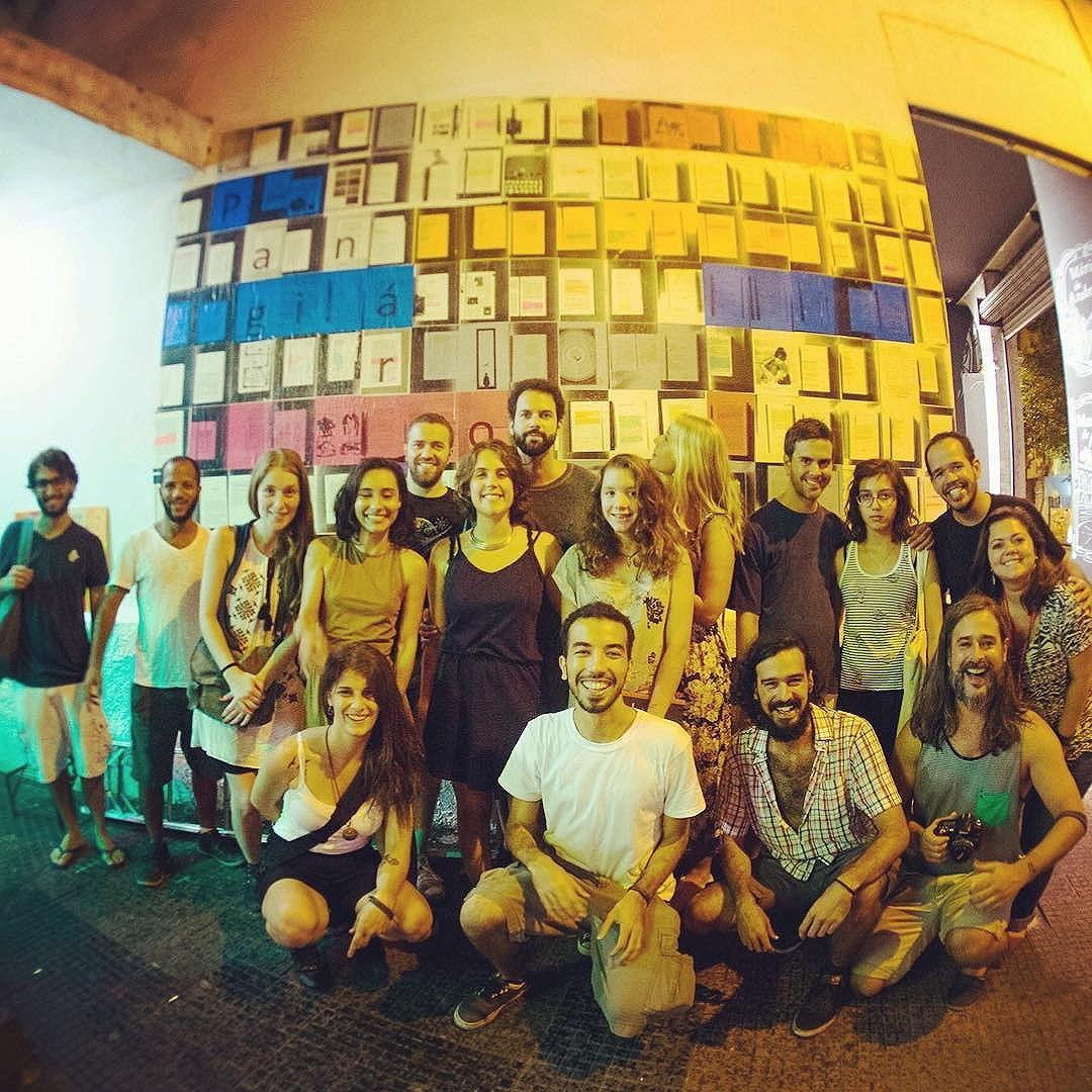 Feliz natal e 2017 a todos! Em 2016 tivemos mais um punhado de murais novos e agradecemos a todos parceiros e todos que participaram! Que as ruas sejam nossas e nossas ruas mais a gente. Nosso primeiro mural de 2017 já está agendado, já para janeiro, e será num lugar arrazante. #Paginário #paginario #streetart #streetartrio #streetartbrazil #literatura #literature #books #livros #mural #muralism #art #arte #intervencaourbana #urbanart #galeriaaceuaberto
