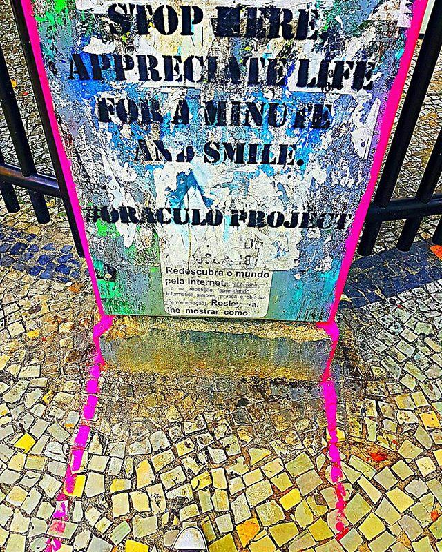 I stopped. I appreciated. I smiled. #arteurbana #artederua #streetartrio #graffiti #grafite #stencilart #oraculoproject #stillsmiling