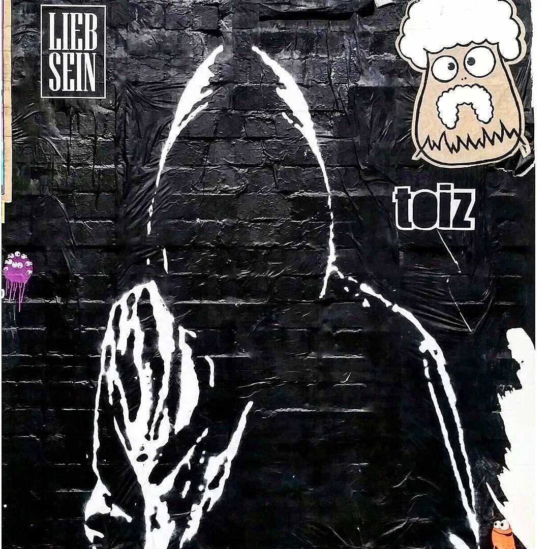 #liebsein #toiz #schanzestreetart #straßenporn #hamburg #carolinenviertel #sanktpauli #welovestreetart #strasskunst #dosenkunst #graffiti #urbanart #urbanshit #streetartists #streetart #welovegraffiti #sprühdose #sprühdosenkunst #pasteup #berlin #bilder #streetartists #streetartrio #loveurbanart #loveurban #bochum