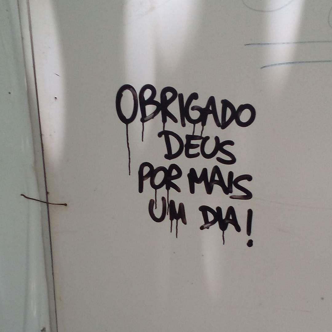 Obrigado Deus por mais um dia. #palavrasachadasnarua #wordsfoundonthestreet #poesiadeparede #poesiaderua #poesia  #streetartrio #streetartistry #grafitti #grafittirj #grafittibrasil #arteurbana #streetart #streetstyle #streetwear #laranjeiras #riodejaneiro  #riodejaneiroinstagram #oqueasruasfalam #olheosmuros #murosquefalam #muros #aruafala #obrigadodeus #sobrevivi2016